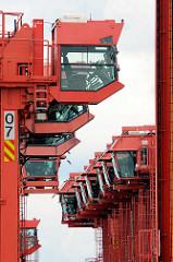 Führerhaus von abgestellten Portalhubwagen, die Container im Hamburger Hafen transportieren.