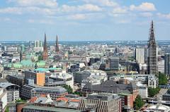 Dächer und Türme der Hansestadt Hamburg - Stadtteil Hamburg Altstadt; lks. das Kupferdach und Turm vom Hamburger Rathaus, daneben die Petrikirche und Jacobikirche - re. der Turm der St. Nikolaikirche mit Baugerüst.