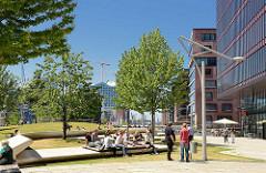 Mittagspause im Sandtorpark in der Hamburger Hafencity - im Hintergrund die Elbphilharmonie.