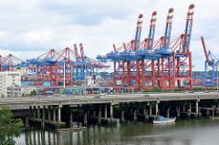 Containerbrücken im Hamburger Hafen am Terminal Burchardkai im Waltershofer Hafenbecken - die Autobahn A7 überquert den Rugenberger Hafen auf Betonstelzen.