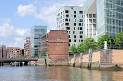 Ericusspitze und Ericusgraben im Hamburger Stadtteil Hafencity - Neubau vom Spiegel-Verlagsgebäude; historische Architektur / Zollamt an der Ericusbrücke.