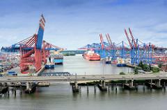 Blick über die Autobahn A7 zum Waltershofer Hafen - lks. Frachtschiffe und Containerkräne am Terminal Eurogate, re. das HHLA Container Terminal Burchardkai.; im Vordergrund der Rugenberger Hafen.