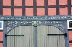 Restaurierter Eingang / Fachwerkgebäude, Inschirft von 1857.