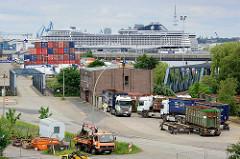 Hafenbezirk Hamburg Steinwerder - Sattelschlepper an der Strasse; Containerstapel - Kreuzfahrtschiff MSC SPLENDIDA am Kreuzfahrtterminal Steinwerder.