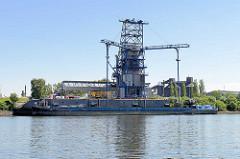 Löschplatz der Finkenwerder Aluminiumwerke - ein Binnenschiff liegt unter der Hebeanlage / Sauger beim Dradenauhafen / Köhlfleet.