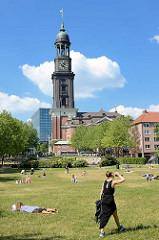 Blick vom Schaarmarkt zur St. Michaeliskirche - Liegewiese im Michelpark / Grünanlage; Kirchturm der Michaeliskirche; blauer Himmel, weisse Wolken.