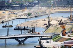 Eine künstliche Halbinsel wird als zukünftiger Park und Freizeitinsel im Hafenbecken vom Baakenhafen im Hamburger Stadtteil Hafencity aufgeschüttet.