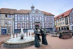 Altes Rathaus / Ratskeller in Lüchow - sprudelnder Brunnen, Bronzeskupturen - Leinenweberin, Lange Strasse in Lüchow.