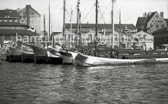 Mehrere Fischewer liegen im Fischereihafen Altona - die flachbodigen Schiffe sind mit Seitenschwertern versehen, mit denen eine Abdrift verringert wird. Durch den geringen Tiefgang können die Schiffe hervorragend auf den tideab- hängigen Gewässern d