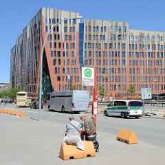 Sumatrakontor in der Hafencity am Überseequartier - Architektur vom Architekturbüro EEA von Erick van Egeraat; Bushaltestelle Überseequartier - Gefangenentransporter und Zollfahrzeug.
