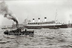 Der Passagierdampfer CAP ARCONA liegt vertäut an den Dalben des Strandhafens; der Luxusdampfer lief 1927 vom Stapel. Das 196m lange Passagierschiff hat eine Breite von ca. 26m und konnte 850 Passagiere an Bord nehmen (1937). Im Vordergrund ein