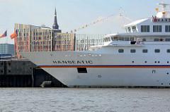Das Kreuzfahrtschiff HANSEATIC am Terminal Hafencity; das Passagierschiff hat eine Länge von 122,80 m und eine zugelassene Passagierzahl von 184