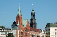 Hamburger Gustaf Adolf Kirche und Kirchturm der St. Michaeliskirche am Johannisbollwerk / Ditmar Koel Strasse.