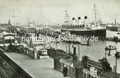 Blick über die Hochbahnhaltestelle Landungsbrücken zum Anleger der Überseebrücke - ein Passagierschiff hat dort festgemacht; lks. im Hintergrund der Kaispeicher A / Kaiserspeicher.