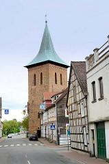 Glockenturm der St. Johanniskirche in Lüchow; Blick von der Kalandstrasse.