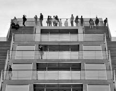 Aussichtsplattform vom Bürogebäude Dockland an der Elbe in Hamburg Altona / Altstadt.