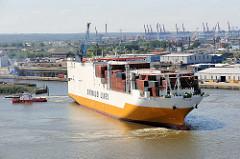 Der RoRo Frachter GRANDE COTONOU läuft in den Hamburger Hafen ein - ein Schlepper zieht das Frachtschiff zu seinem Liegeplatz im Hansahafen.
