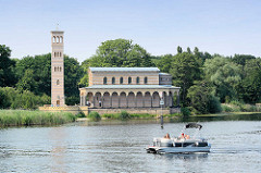 Heilandskirche am Port von Sacrow am Ufer der Havel in Potsdam; erbaut 1844 mit freistehendem Glockenturm / Campanile; Architekt Ludwig Persius - Motorboot / Sportboot in Fahrt.