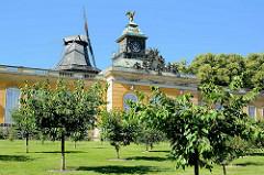 Neuen Kammern im Park Sanssouci von Potsdam - erbaut unter Friedrich den Großen, 1775. Im Hintergrund die historische Windmühle.