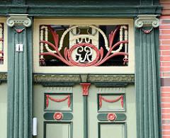 Eingangstür mit Holzsäulen und Schnitzereien - Wohnhaus in Dannenberg, Elbe.