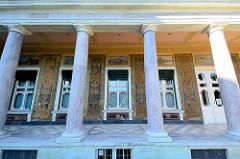 Marmorsäulen und historische Wandmaler am  Marmorpalais im Neuen Garten von Potsdam - Teil des Potsdamer UNESCO Weltkulturerbe. Das Palais wurde ließ Friedrich Wilhelm II 1793 im Stil des Frühklassizismus errichten - Architekten Carl von Gontard u. C