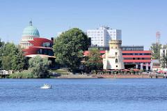 Blick über den Tiefen See / Potsdamer Havel zum Hans Otto Theater - im Hintergrund die Kuppel der St. Nikolai Kirche von Potsdam.