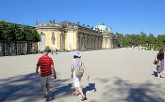Schloss Sanssouci in Potdam / Südseite; Touristen auf dem Vorplatz.
