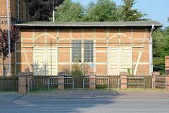 Schuppen mit Fachwerk - stillgelegtes Bahnhofsgebäude von Wusterhausen, Dosse.