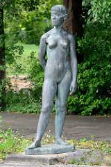 """Bronzeskulptur nackte Frau - Aktplastik """"Stehendes Mädchen"""", Fritz Cremer 1960 - Freundschaftsinsel Potsdam."""