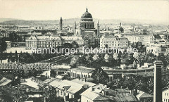 Historischer Blick / Luftaufnahme von Potsdam - im Bildzentrum die Nikolaikirche und das Potsdamer Stadtschloss; im Vordergrund die Eisenbahnbrücke über die Havel.