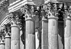 Säulen vom Kolonnadenbogen bei den Communs - Neues Palais in Potsdam.