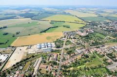 Blick auf den Randbezirk der Hansestadt Kyritz - Häuser im Grünen, weite Felder und Wiesen.