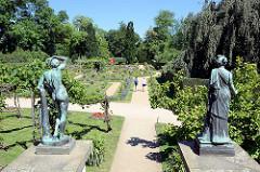 Bronzeskulpturen und Gartenanlage beim Schloss Charlottenhof Park Sanssuci / Potsdam.