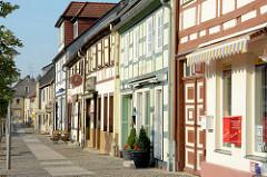 Wohnhäuser und Geschäfte - historische Fachwerkarchitektur am Markt in Wusterhausen an der Dosse.