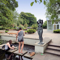 Sommerstimmung auf der Potsdamer Freundschaftsinsel - Teiche beim Pavillon, Bronzeskuptur Kämmende, Gerhard Rommel 1966.