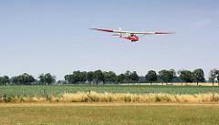 Landung eines offenen Segelflugzeugs auf dem Flugplatz Kyritz; Slingsby T21b mit einer Spannweite von 16,46 m.