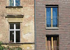 Alt + Neu - historische renovierungsbedürftige Architektur, mehrstöckiges Wohnhaus neben verklinkertem Neubau; Wohnhäuser in Potsdam.