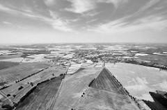 Blick über die Felder und Wiesen / Landschaft der Hansestadt Kyritz im Landkreis Ostprignitz-Ruppin; Schwarz-Weiss.