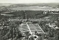 Historisches Luftbild von der Schlossanlage, Terrassen Schloss Sanssouci in Potsdam.