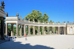 Ehrenhof mit Kolonnaden - Nordseite vom Schloss Sanssouci / Potsdam.