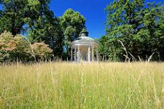 Freundschaftstempel im Potsdamer Park Sanssouci - der Freundschaftstempel ist ein kleiner Rundtempel, den der preußische König Friedrich II. zum Andenken an seine 1758 verstorbene Lieblingsschwester, die Markgräfin Wilhelmine von Bayreuth, errichten