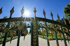 Grünes Gitter / Grünes Tor - Haupteingang zum Schlosspark Sanssouci in Potsdam.  Das Tor wurde von 1854 Ludwig Ferdinand Hesse entworfen - das Eisengitter trägt die Initialen Friedrich Wilhelms IV.
