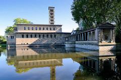 Die evangelische Friedenskirche im Schlosspark Sanssouci in Potsdam wurde die Kirche nach Plänen des Hofarchitekten Ludwig Persius gebaut und 1848 fertiggestellt. Die Kirche ist eine dreischiffige Säulenbasilika ohne Querhaus mit einem 42 Meter hohen
