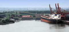 Blick auf den Sandauhafen / Hansaport im Hamburger Hafen - ein Frachter / bulkcarrier liegt unter den Brücken im Hafenbecken von Hamburg Altenwerder.