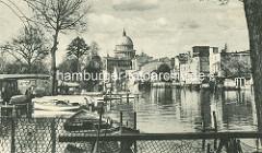 Historisches Motiv, alte Ansicht von der Havel / Alte Fahrt in Postsdam - Kähne am Ufer der Freundschaftsinsel - Speicher und Wohnhäuser am Havelufer, Kuppel der St. Nikolaikirche.