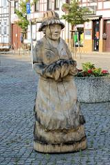 Holzschnitzerei - Figur / Skulptur aus Holz, Marktfrau auf dem Markt von Wusterhausen, Dosse.
