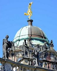 Kuppel vom Seitengebäude des Neuen Palais in Potsdam, Park Sanssouci - Skulpturenschmuck.