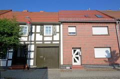 Alt + Neu; historisches Fachwerkhaus neben einem Wohngebäude, Fassade mit Ziegelimitaten verkleidet; Fotos aus Wusterhausen, Dossen.