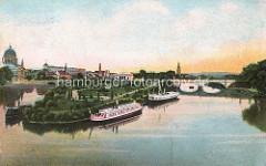 Historisches Panorama von Potsdam - Fahrgastschiffe haben am Ufer der Freundschaftinsel festgemacht - lks. die St. Nikolaikirche und re. im Hintergrund der Kirchturm der Heilig-Geist-Kirche.