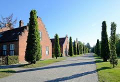 Die Holländischen Häuser im Neuen Garten von Potsdam, Allee mit Stileichen. Erbaut 1789 - 1790 nach Plänen von Carl Gotthard Langhans und Andreas Ludwig Krüger.